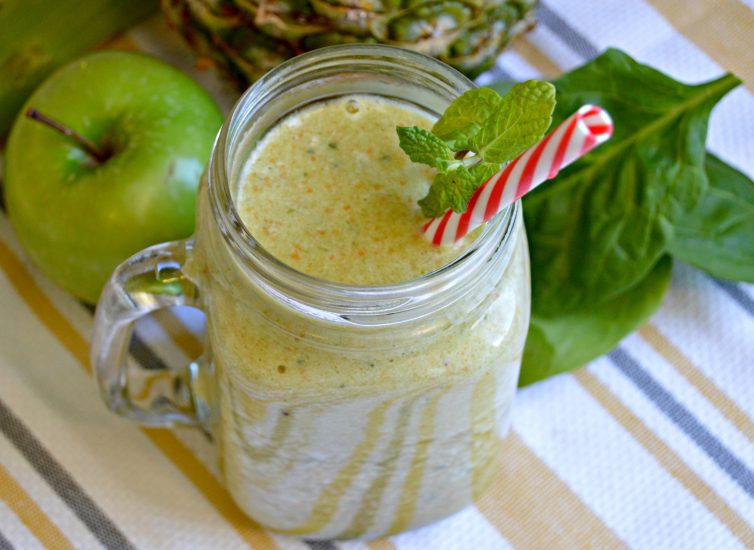 Green Smoothie with Apple and Pineapple