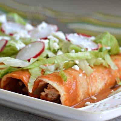 Enchiladas en salsa de chile roja muy cremosa!