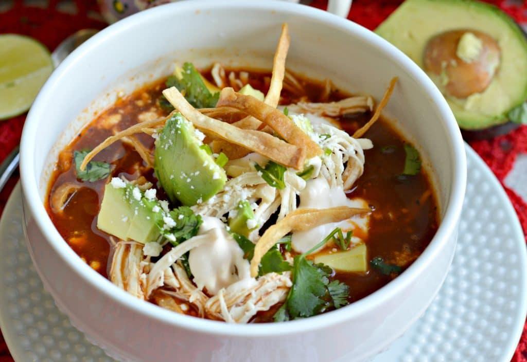 Aprende a hacer la mejor autentica sopa de tortilla Mexicana. Esta sopa te traerá de regreso todos los recuerdos de Mexico y no podrás dejar de comerla.