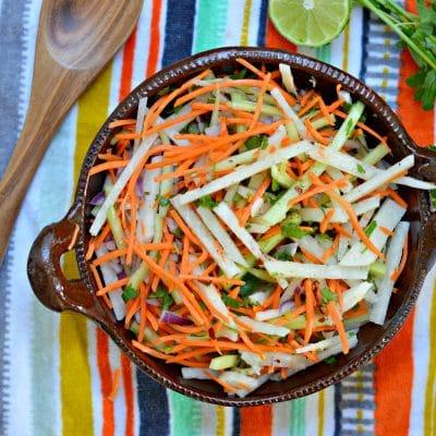 Guarnicion de Jicama, Pepino y Zanahoria  con aderezo dulce picante.